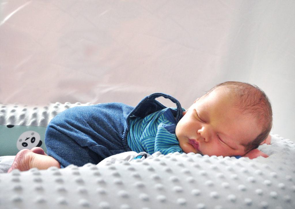 novorođenče na trbuhu davita klik